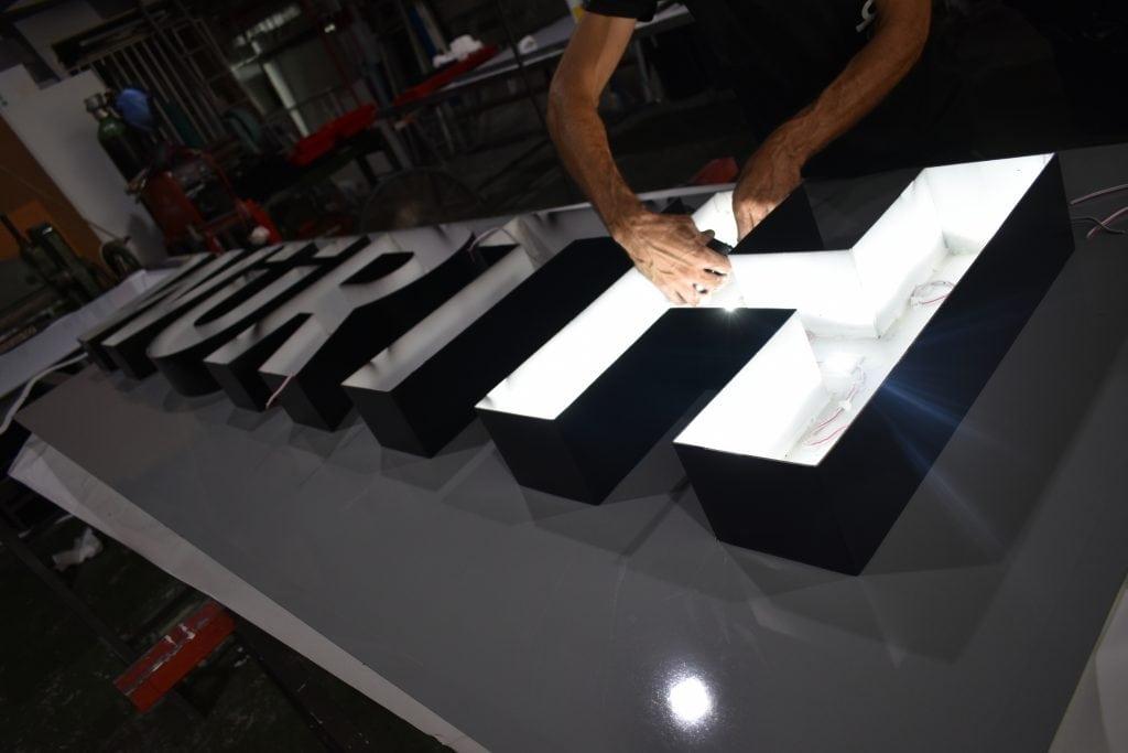 Fabricación de letras corpóreas.